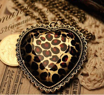 Gorgeous Vintage Leopard Heart Shaped Necklace Gold Pendant & Chain
